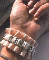 braccialetto in metallo decorato interamente a mano con piccolo nastro in seta e nastro plissè in grogrè rosa