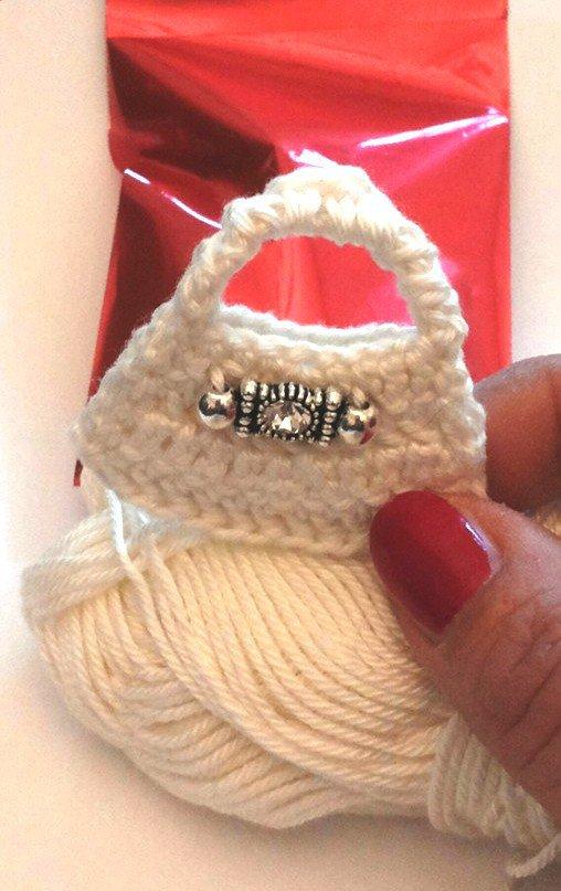 Piccola borsetta fatta ad uncinetto con fermaglio con strass centrale per bomboniera matrimonio o comunione bambina