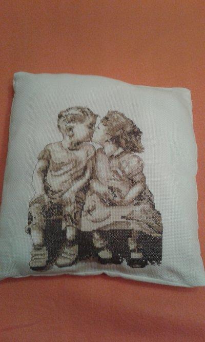 Cuscino punto croce bimbi che si baciano
