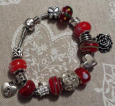 Bracciale metallo perle foro largo rosse con cuori