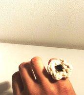 anello bigiotteria con pietra centrale quadrata scura lavorato all'uncinetto con filo di spago in cotone color corda