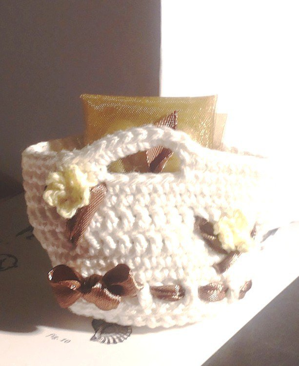 Bomboniera comunione cresima matrimonio borsetta lavorata ad uncinetto e ricamata con fiorellini all'uncinetto e nastro in raso