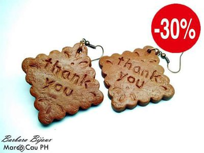 Orecchini a forma di biscotto con scritta grazie.