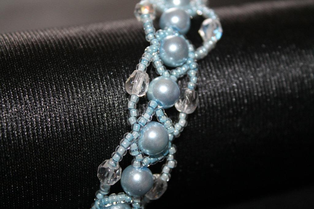 Braccialetto azzurro con perle , cristalli e perline