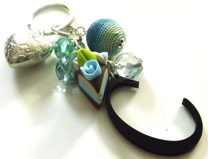 Portachiavi con lettera C in plexliglass,fetta di torta in fimo,pallina in corda e cristallini idea regalo