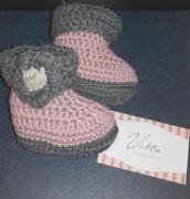 Stivaletti in lana per bebè fatti a mano all'uncinetto con bottone forma di gatto