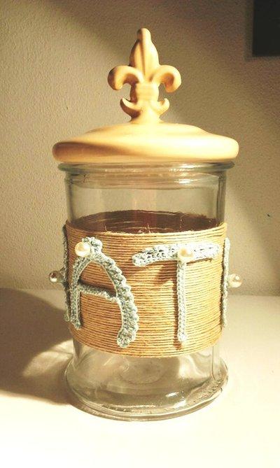 Barattolo in vetro decorato con lettere all'uncinetto con giglio fiorentino sul tappo in terracotta