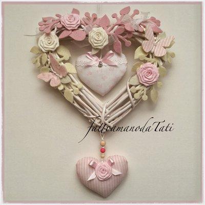 Cuore/fiocco nascita in vimini con rose,farfalle e due cuori rosa e bianchi