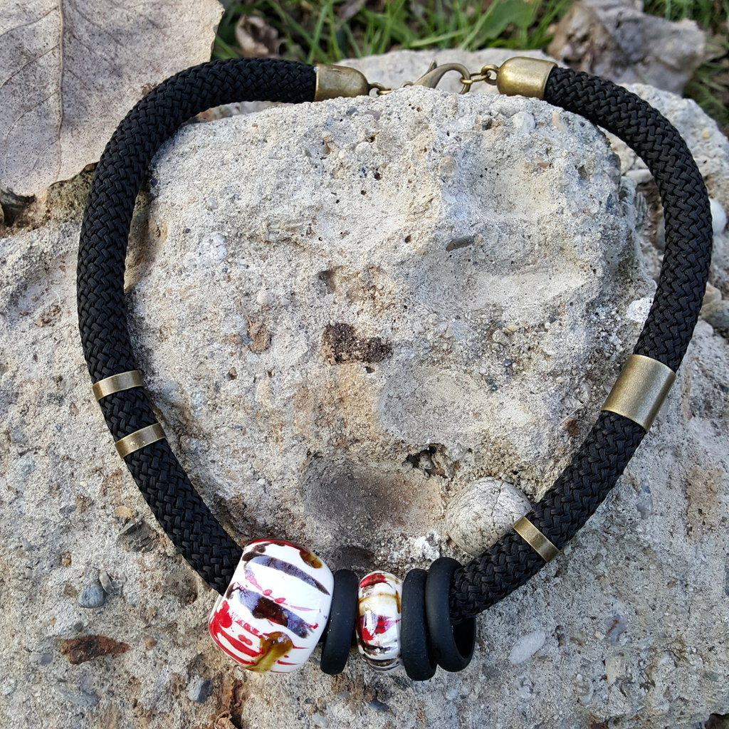 Collana girocollo creata utilizzando corda da arrampicata nera con perle di ceramica