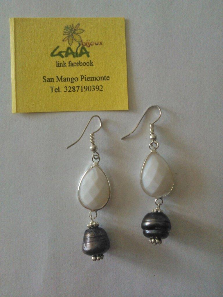 Orecchini con castone bianco sfumato in vetro a goccia, perlina di fiume scura