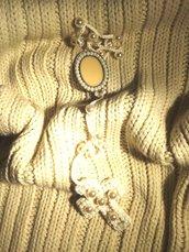 Corona di Rosario pezzo unico fatto ad uncinetto con medaglietta decorata e croce ricamata a mano con perline e perle di media dimensione