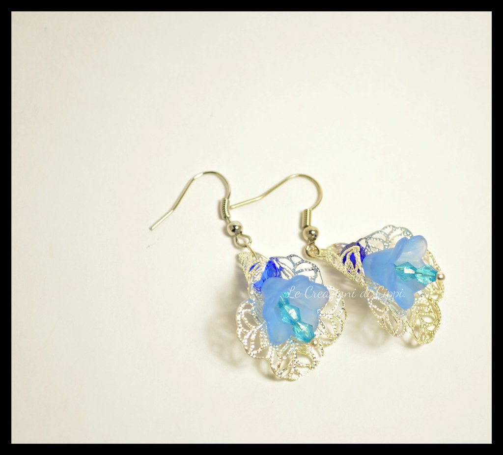 Orecchini con fiori in lucite blu fatti a mano.