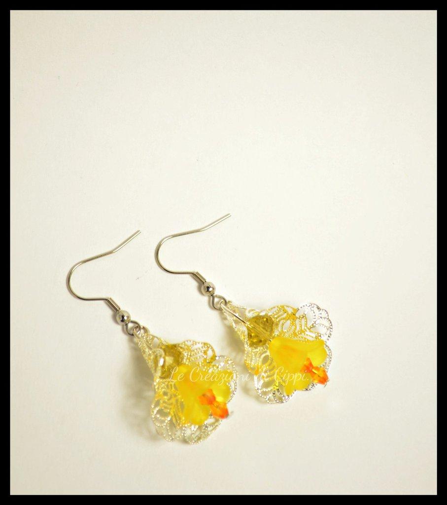 Orecchini con fiori in lucite giallo.