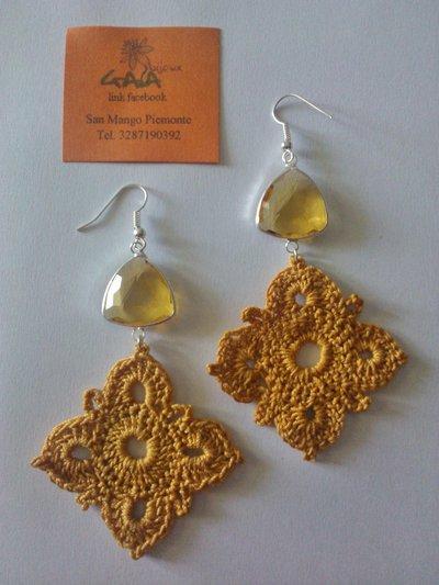 Orecchini con castone triangolare giallo, elemento a quattro punte ad uncinetto color ocra