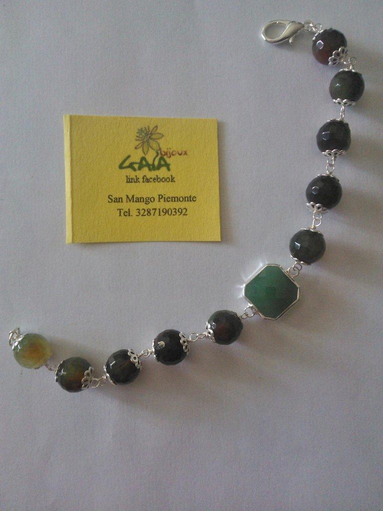 Bracciale con castone centrale verde quadrato e palline in agata verde sfumata marrone