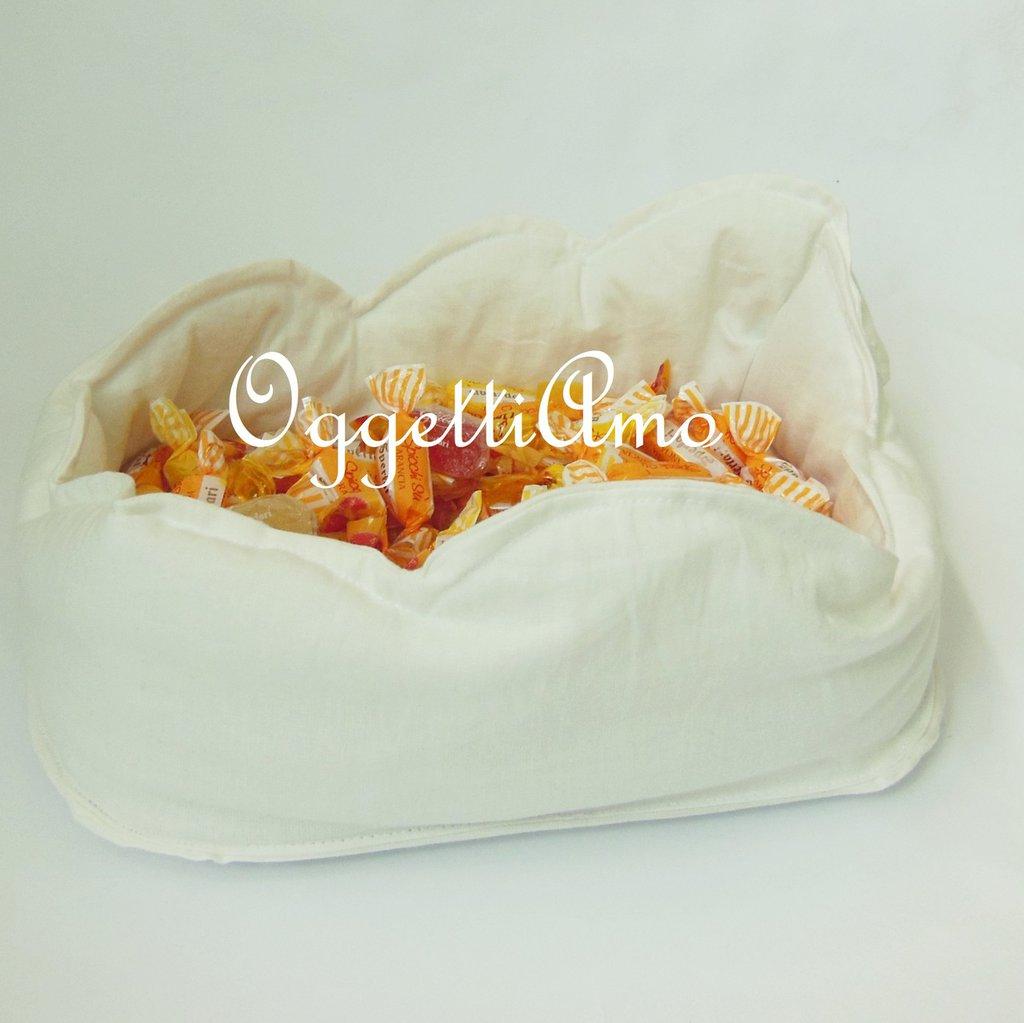 Contenitore in stoffa per le caramelle nel candy table a tema 'aeroplani tra le nuvole': morbide nuvole in stoffa bianca
