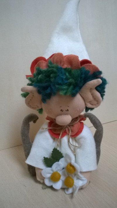 Gnometto in panno con margherite