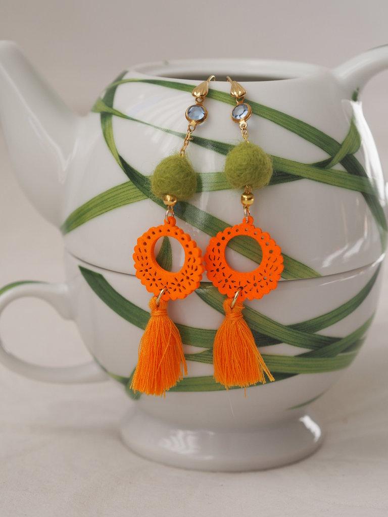 Orecchini pendenti.Verde prato/arancione.Monachella dorata con acquamarina ,catenella con palline dorate.Legno traforato-feltro.Nappina