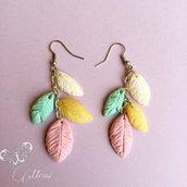 Orecchini pendenti con piume in colori pastello - Orecchini artiginali con piume - indian style earrings in pastel shades-