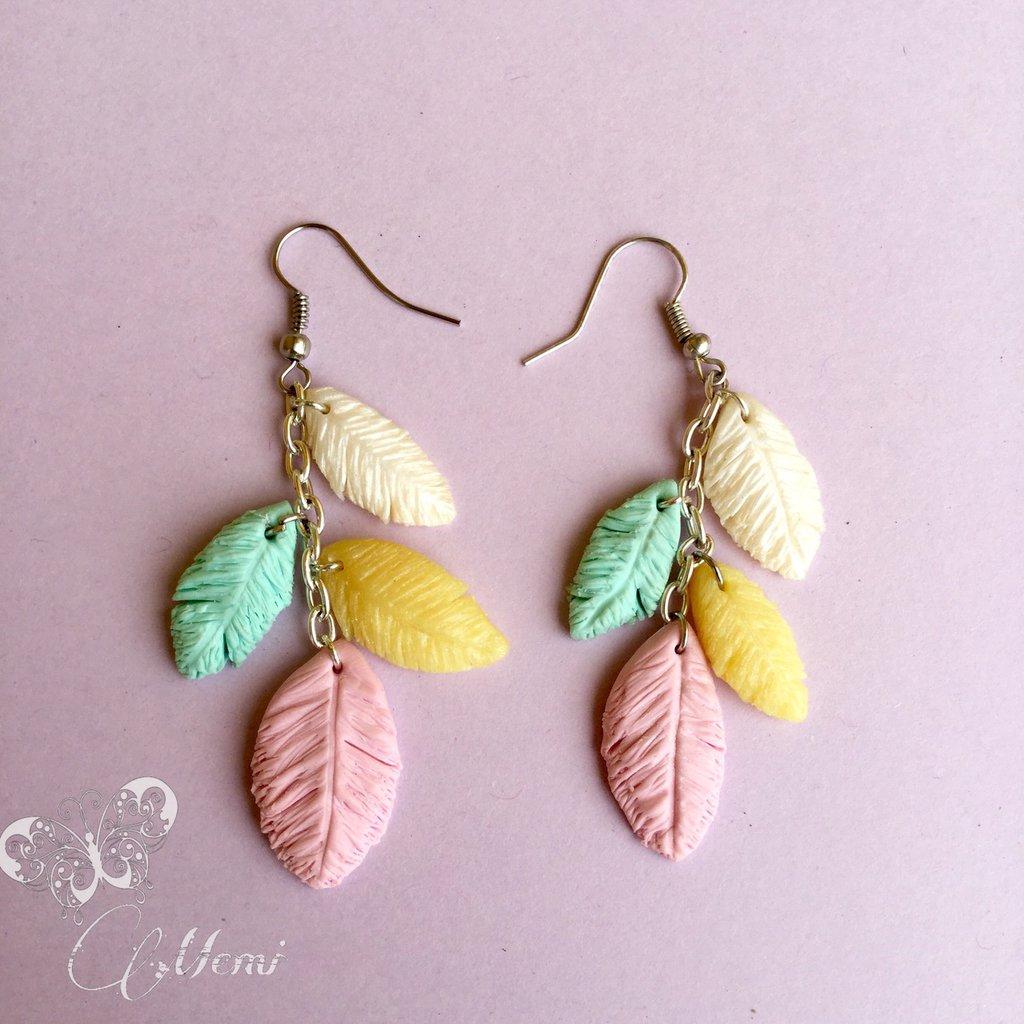 Orecchini pendenti con piume in colori pastello - indian style earrings -
