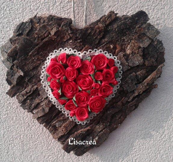 Fuoriporta in corteccia con cuore di rose in pasta sintetica