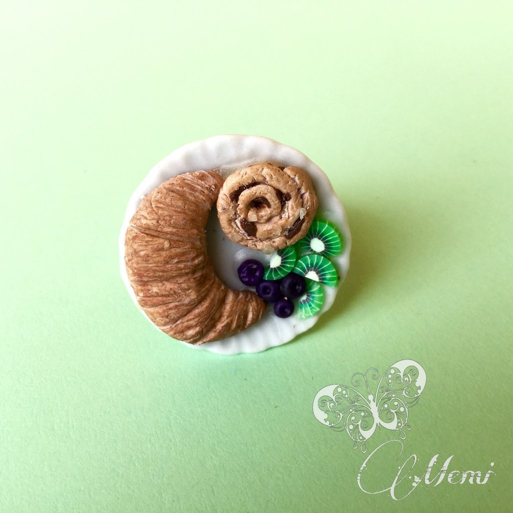 Anello miniatura - colazione in piattino di ceramica con cornetto girella e frutta - dollhouse miniature ring - handmade