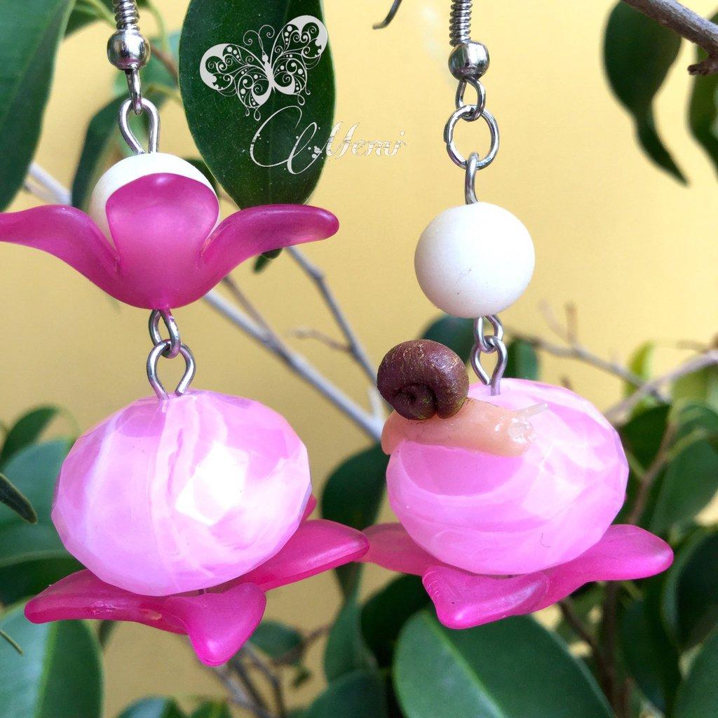 Orecchini pendenti asimmetrici rosa con lumachina, fiori, pietre e perle - handmade -