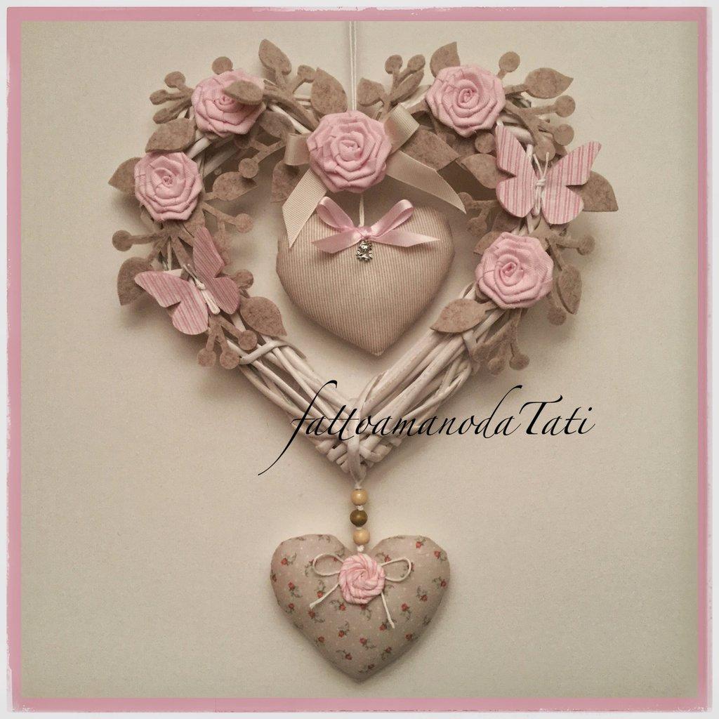 Cuore/fiocco nascita in vimini con rose,farfalle e due cuori imbottiti sui toni del rosa e beige