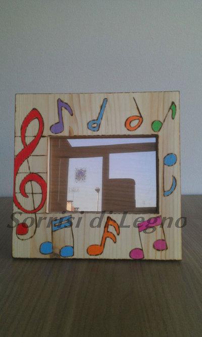 Portafoto in legno con note musicali colorate
