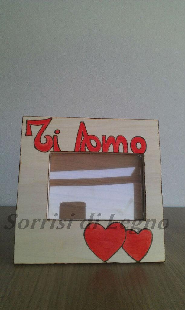 Portafoto in legno con cuori e scritta ti amo