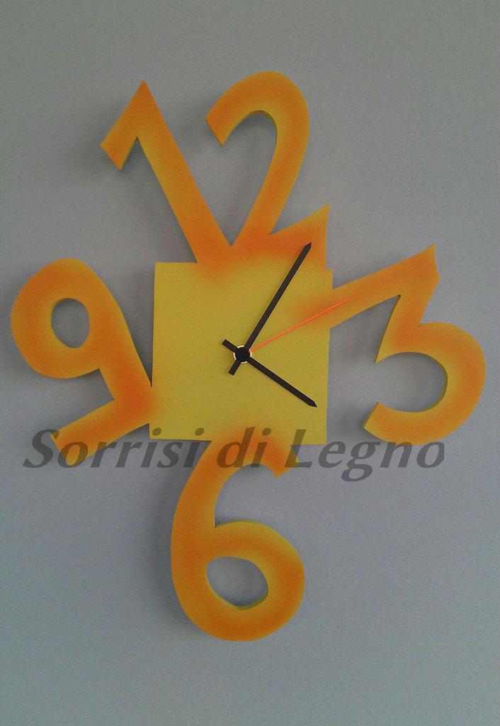 Orologio da parete in legno verniciato con numeri grandi