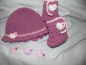 Scarpette-stivaletti e cappelino color melenzana e rosa realizzati ad uncinetto