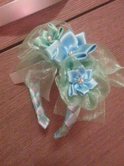 Cerchietto con fiori azzurri e verde acqua