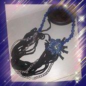 Collana catena,fettuccia e fiore in perline azzurre
