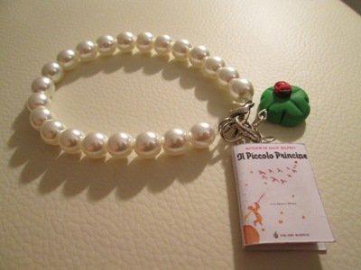 Bracciale in perle di vetro con minilibro
