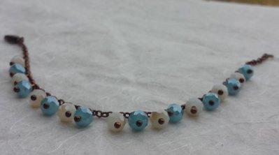 Bracciale in rame con charms color azzurro ed alabastro