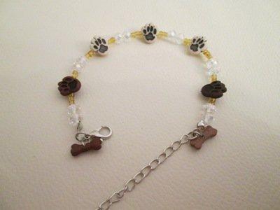 Bracciale in cristalli, perline e bottoni decorativi