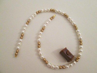Collana in perle di vetro e miniborsa