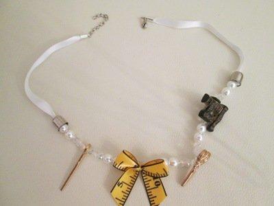Collana in perle e bottoni decorativi