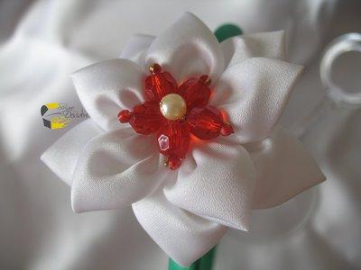 Cerchietto in raso verde con fiore bianco e perline rosse