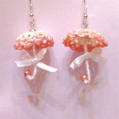 Orecchini ombrellini bianchi e rosa con fiocchetti di raso e perline, fatti a mano all'uncinetto
