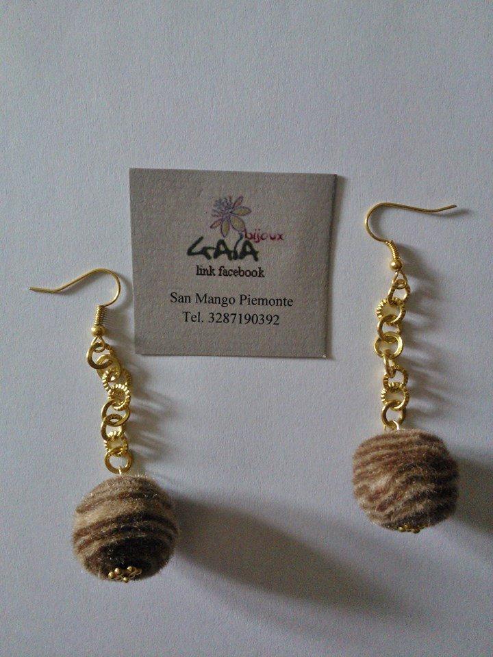 Orecchini con catena dorata sottile e pallina in feltro beige e marrone