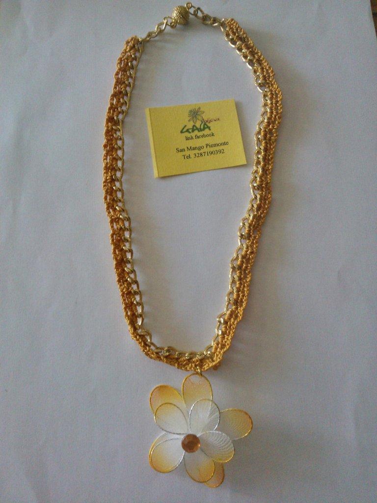 Collana con catena dorata intrecciata con cotone lavorato ad uncinetto, pendente fiore tulle arancione