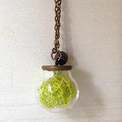 Collana lunga con sfera di vetro e licheni