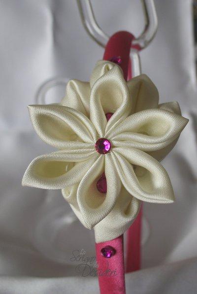 Cerchietto in raso fucsia con decoro floreale kanzashi e strass