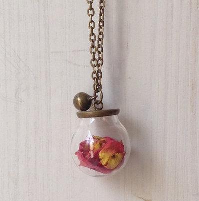 Collana lunga con sfera di vetro e rosa