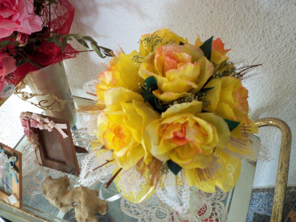 bouquet di rose gialle in carta crespa e pizzo