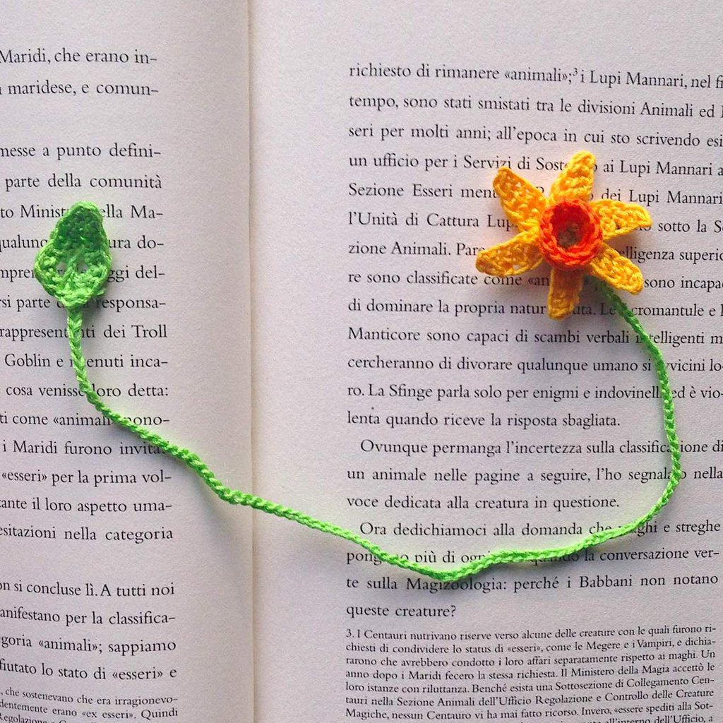 Segnalibro con narciso giallo e arancione e foglia, per lettrici appassionate, fatto a mano all'uncinetto