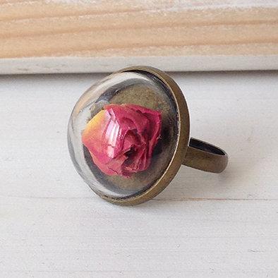 Anello con sfera di vetro e rosa