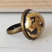 Anello con sfera di vetro e foglia oro
